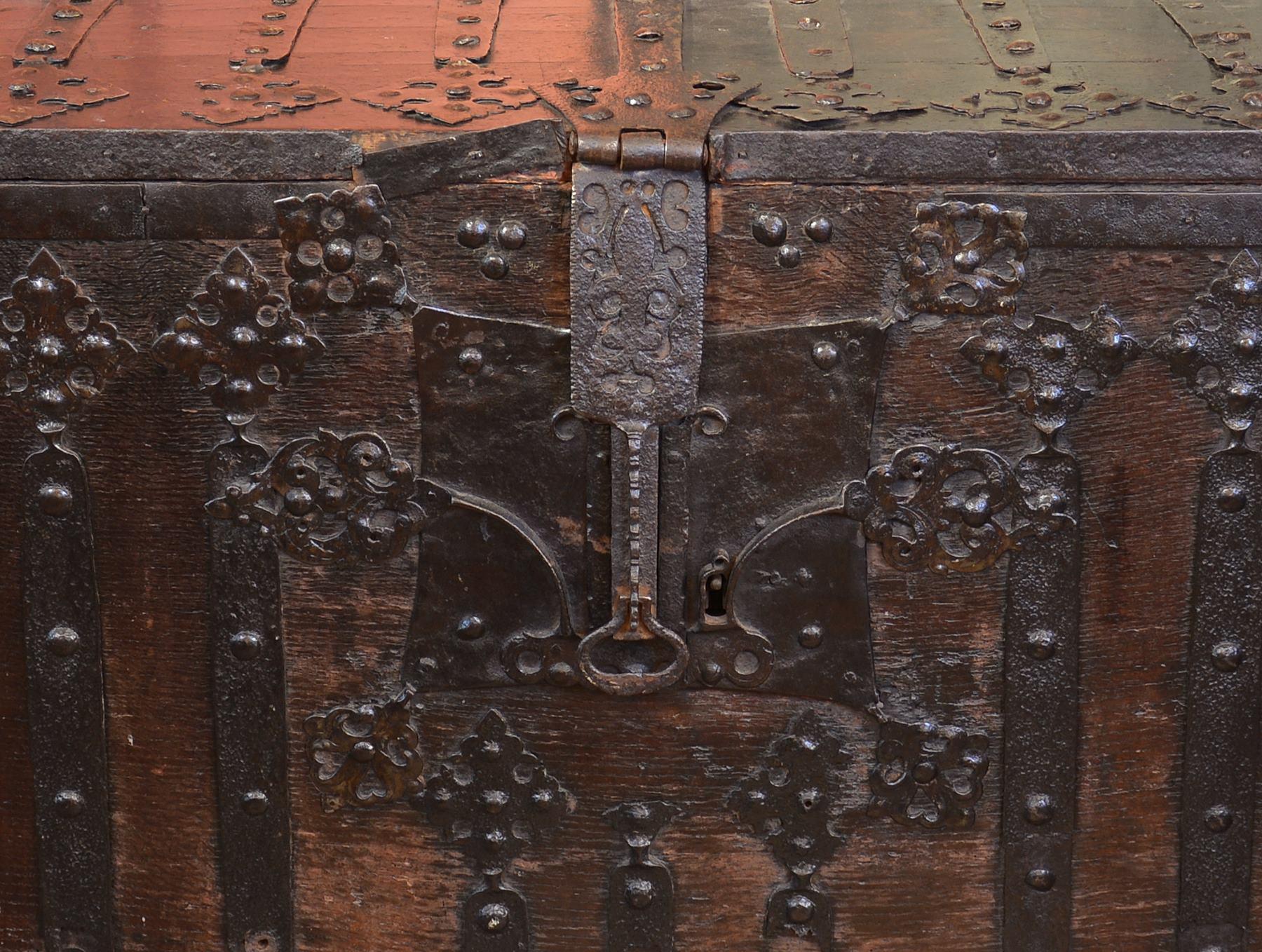 Gothic chest | Robert-Art